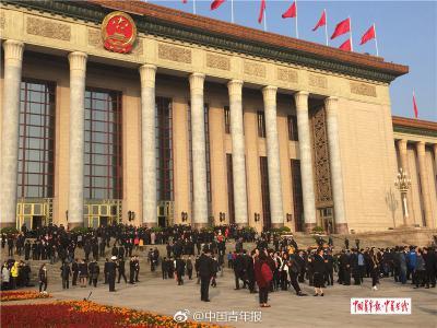 闭幕式前夕,党代表在会场前合影