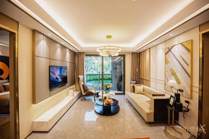 华鸿美的未来城 4室2厅2卫 192万元